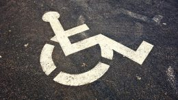Actora Consumo pide plazas de aparcamiento gratis para minusválidos.