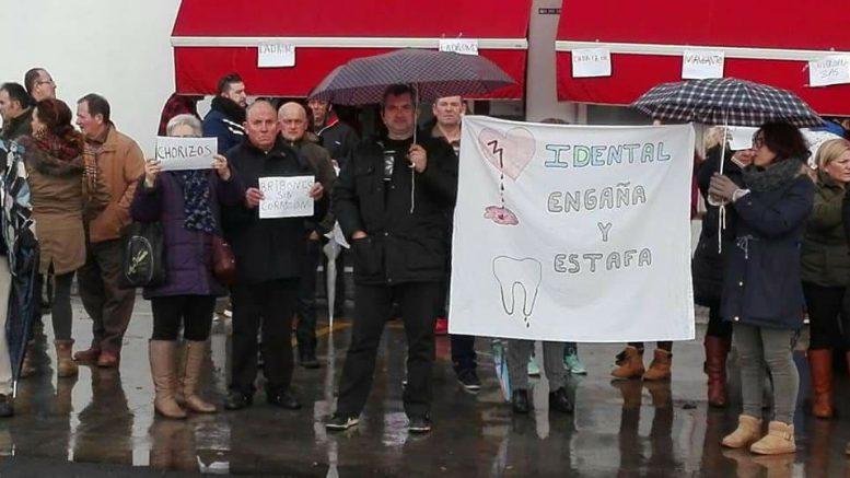 Concentración de los afectados por iDental en Zaragoza. Fuente: Grupo de Facebook de afectados de iDental en Zaragoza.