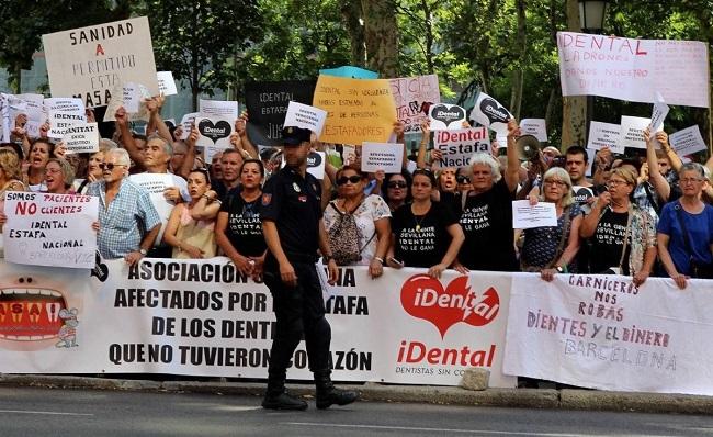 Concentración de afectados por iDental en Madrid. Foto: Agencia EFE