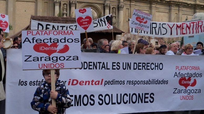 Imagen de una movilización de afectados por iDental en la plaza del Pilar.