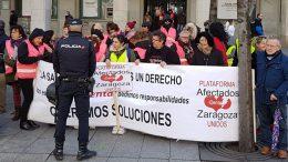 Los afectados por iDental en Aragón se movilizaron ante Pedro Sánchez.