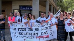 Los afectados por iDental se han movilizado ante las Cortes de Aragón.
