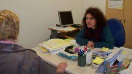Lucía Germani, en las instalaciones de la asociación de consumidores en Zaragoza ACTORA Consumo.
