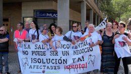 Concentración de afectados por iDental ante las Cortes de Aragón